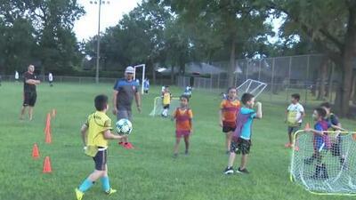Padres protestan por la administración de un espacio deportivo en Houston en el que sus hijos practican fútbol