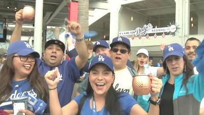Trabajadores en Dodger Stadium, entre las labores y la emoción del juego contra Astros