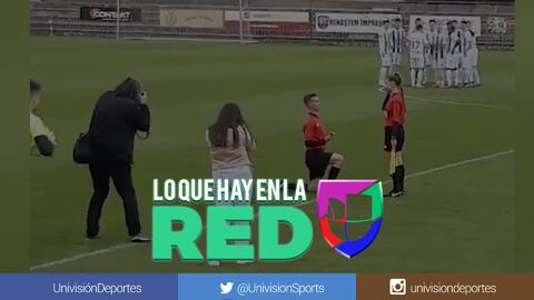 Hasta los jugadores aplaudieron: Árbitro le propone matrimonio a su asistente en pleno partido