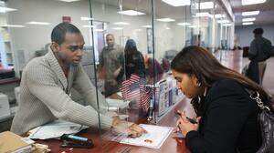 Abogados de inmigración urgen a autoridades acelerar los procesos
