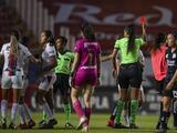 Carolina Jaramillo, suspendida dos partidos tras patear a rival que estaba en el pasto