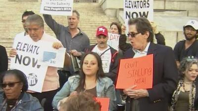 Protestan en Nueva York para exigir elevadores en todas las estaciones del metro y denuncian dificultades en el acceso