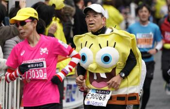 Bob Esponja, Batman, Sailor Moon y Pikachu, en el colorido del Maratón de Tokio