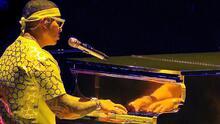 Daddy Yankee toca el piano en Premio Lo Nuestro y emociona al maestro Sergio George