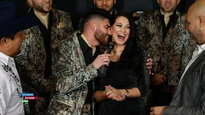 Vocalista de El Recodo le canta a Carla al oído una canción de amor