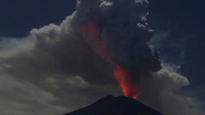 Este es el Monte Agung, el volcán que ha dejado varados a miles de pasajeros en Bali