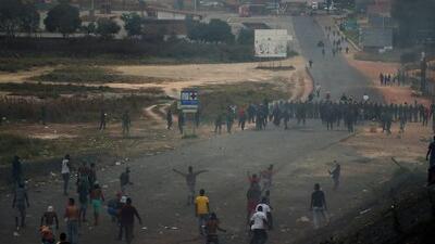 En video: Fuertes enfrentamientos con militares en la frontera entre Venezuela y Brasil