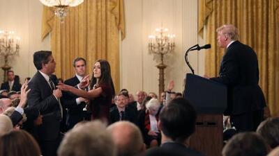 Permanece vetado el periodista hispano que le hizo una pregunta incómoda al presidente