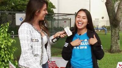 Acompañamos a esta estudiante hispana a votar por primera vez y este es su mensaje para la juventud