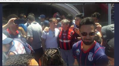 No todo es malo: ante la suspensión, los de San Lorenzo se sacaron selfies con sus hinchas