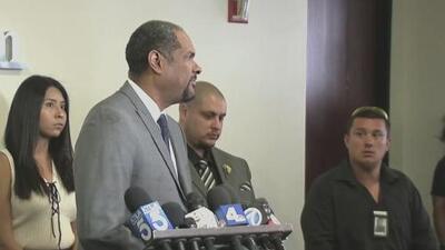 Hijos de mujer rehén que murió por balas de agentes piden cambios en procedimientos de la policía de Los Ángeles