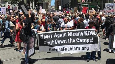 Cientos de activistas bloquean calles en San Francisco para exigir el cierre de los centros de detención