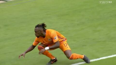 La 'panterita' Alberth Elis saca las garras y adelanta a Houston Dynamo desde el manchón penal