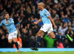 En fotos: Un golazo de Vincent Kompany pone al Manchester City a tiro de piedra del bicampeonato