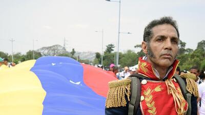 """""""Que vengan los gringos o la mujer maravilla pero que nos ayuden"""": la represión frustra la entrega de ayuda a Venezuela"""