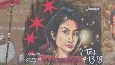 Muralista honra la memoria de Marlen Ochoa pintando su rostro en una pared del vecindario de Pilsen