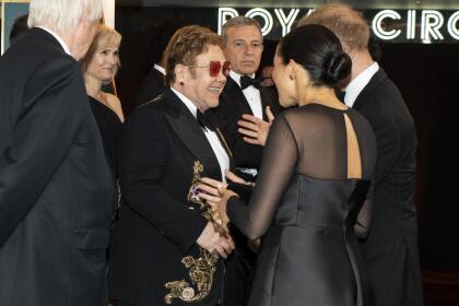 """Meghan Markle también lució muy emocionada cuando saludó al cantautor británico  <b><a href=""""https://www.univision.com/musica/uforia-music/10-cosas-que-no-sabias-de-candle-in-the-wind-la-cancion-que-elton-john-le-canto-a-lady-di"""">Elton John, quien fue unos de los íntimos amigos de su fallecida suegra, Lady Diana</a></b>."""