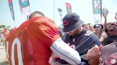 ¡No tenía la menor idea! QB de los Bears le firmó un autógrafo a su suplente