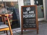 Los pedidos de subsidios por desempleo bajan de 700,000 por primera vez desde el inicio de la pandemia