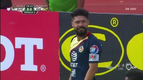 Michael Orozco despeja el balón y aleja el peligro