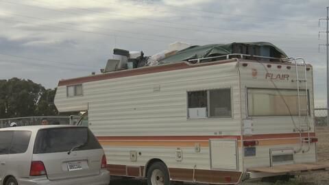 Evacúan comunidad de casas rodantes en East Palo Alto