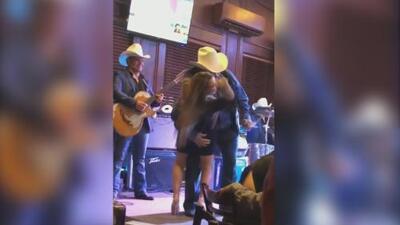Las virales imágenes de Lalo Mora besando y tocándole los glúteos a una joven que subió al escenario