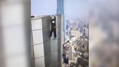 Video: Famoso escalador de rascacielos chino muere al caer al vacío de un piso 62