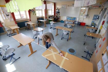 <b>Midiendo el distanciamiento social. </b>Empleados de una escuela en Heppenheim, Alemania, preparan la aulas para el regreso a las clases después de la interrupción por la cuarentena. 21 de abril.