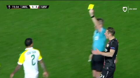 Tarjeta amarilla. El árbitro amonesta a Igor Carioca de AEK Larnaka