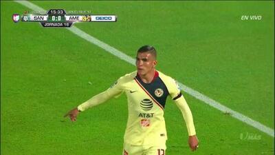Luis Reyes despeja el balón y aleja el peligro