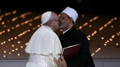 El histórico beso entre el papa Francisco y el gran imán de Egipto que sella el compromiso contra el extremismo