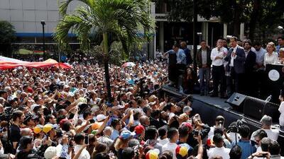 """""""Vamos a insistir hasta la democracia"""": Juan Guaidó se dirige a los millones de venezolanos que están en las calles"""