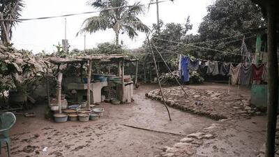 Entre escombros y la morgue, la desesperación de una familia por encontrar sus muertos tras la erupción del volcán de Fuego