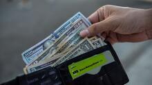 Cubanos que residen en Estados Unidos no podrán utilizar dólares cuando viajen a la isla, según funcionarios del régimen