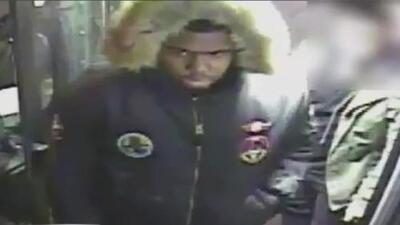 Buscan a este sospechoso de asaltar a mujeres tras ubicarlas siempre en la misma ruta de autobús