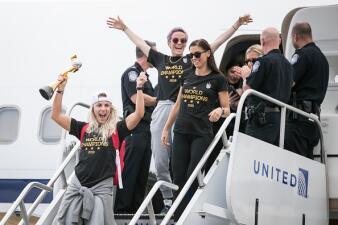 Así fue la llegada de las campeonas mundiales de fútbol al aeropuerto de Newark