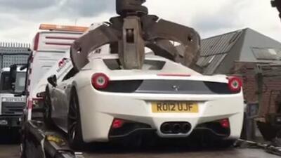 Lo que le hacen a este Ferrari reluciente da mucha pena (y parece de película)