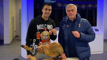 Mourinho cumple promesa y compra jamón de 560 euros a Reguilón