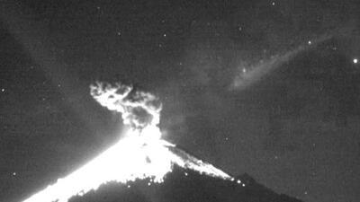 El impresionante momento en que un meteoro cae sobre el volcán Popocatépetl, en México