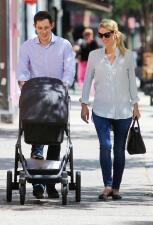 Nicky Hilton pasea por primera vez a su bebé