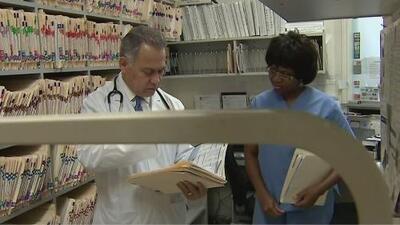 Lo que debes hacer si te llega una notificación de seguro médico informando que no cubrirá un servicio o medicinas