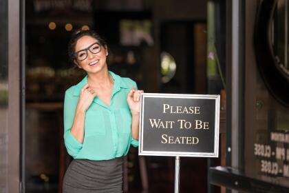 <b>Puesto 8. Anfitriones de restaurantes y cafeterías. </b>Hay 102,000 de estos trabajadores en EEUU y en 2018 ganaron 24,492 dólares. Es una posición que casi en su totalidad es ocupada por mujeres, especialmente de menos de 25 años.