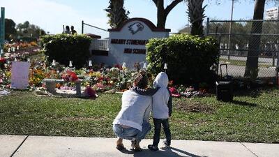 La secundaria Marjory Stoneman Douglas, en Parkland, fue adornada con rosas para conmemorar a las 17 víctimas del tiroteo