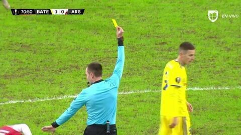 Tarjeta amarilla. El árbitro amonesta a Bojan Dubajic de BATE Borisov
