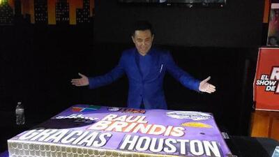 Mira cómo El Show de Raúl Brindis partió el pastel en Gracias Houston