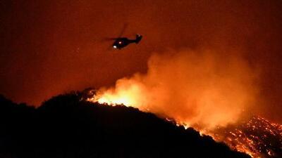 Otro fuego avanza con fuerza destructiva cerca de California amenazando al menos 3,300 hogares