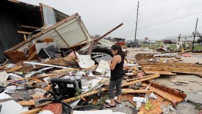 Un tornado y fuertes lluvias, Houston empieza a sentir los efectos de Harvey