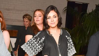 Mila Kunis le contesta a los que la critican por amamantar en público