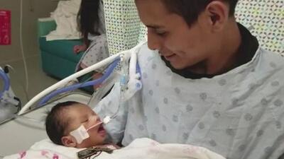 """""""Fue algo impactante"""": bebé de joven embarazada que fue estrangulada en Chicago abre los ojos al ser cargado por su padre"""