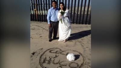Estos migrantes sellaron sus votos de amor eterno donde a México y EEUU los divide una valla y el mar